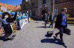 Ecologistas abuchean a los miembros de la Convención sobre la Conservación de los Recursos Vivos Marinos Antárticos, a la salida de la reunión celebrada en la localidad australiana de Hobart (Tasmania). R. BLAKERS AFP