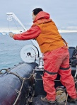 © Unab. Investigador toma muestras en la Antártica en un bote zódiac