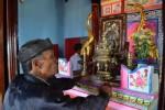 El vietnamita Dung Tam reza al Dios Ballena en un templo dedicado a este culto en la isla de Ly Son, en el centro de Vietnam. Efe